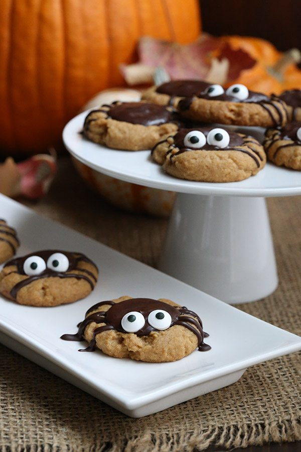 Sweet little spider cookies for Halloween. And they're healthy! Low carb, low sugar, gluten-free.